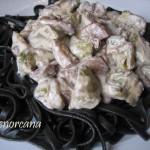 Tallarines negros con alcachofas y sepia