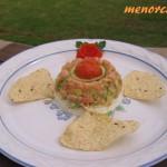 Tartar de salmón marinado y su corona de caviar de tomate, sobre queso fresco
