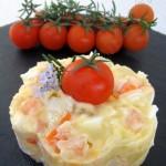 Ensaladilla de surimi y langostinos al ajillo