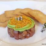 Tartar de Bonito con mousse de aguacate y kikos